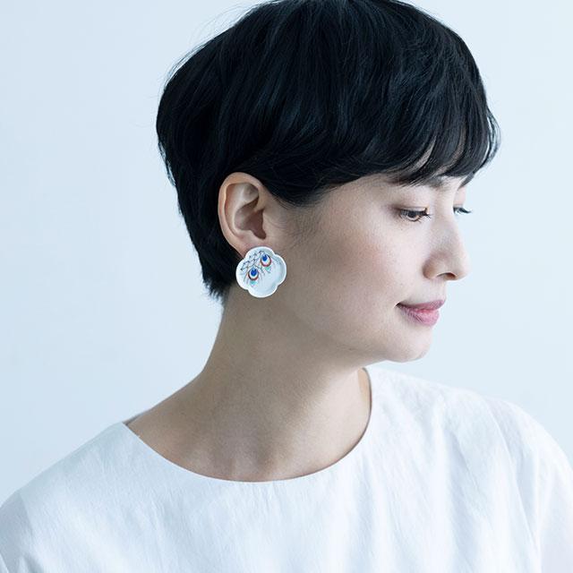 YURAI 絵付 孔雀イヤリング  - WHITE