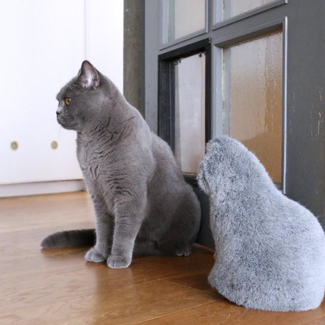 「お留守番をしているような猫型ドアストッパー」Fabrico NEKO door stopper