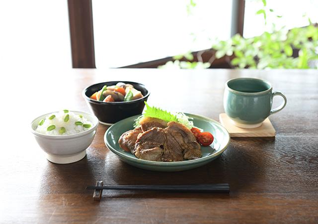 益子焼の飯碗 糠白 / 益子焼の中鉢 本黒 / 益子焼の平皿 青磁 /益子焼のマグカップ 青磁